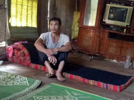 Anh Cà Văn Hoàn ngồi tư lự một mình trong nhà