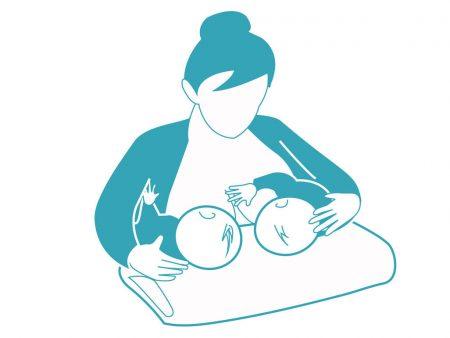 Tư thế cho con bú bế song sinh Cái này dành cho mẹ nào sinh đôi, hoặc sinh 2 bé gần nhau mà bé lớn vẫn cần bú mẹ. Sử dụng một tấm đệm lót dưới 2 em bé của bạn khi bạn nhẹ nhàng nâng đỡ lưng bé trên tay mình.