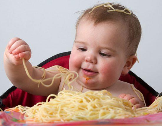 Xây dựng tính tự lập cho trẻ bằng cách để bé tự thực hiện những công việc đơn giản hàng ngày như tự xúc đồ ăn chẳng hạn.