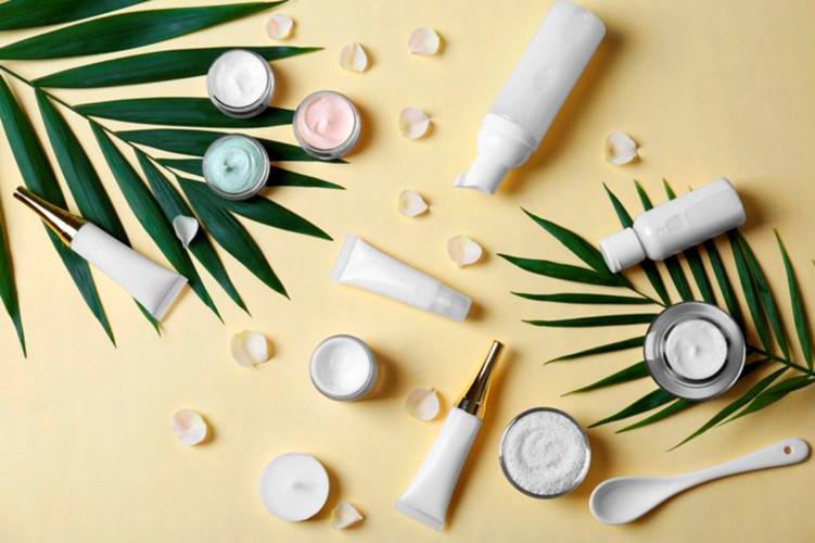 Sản phẩm mỹ phẩm dành cho người lớn: Những loại mỹ phẩm dành cho người lớn thường chứa đầy hương thơm và nước hoa. Những chất phụ gia này không được khuyến kích dùng cho trẻ sơ sinh bởi chúng là những yếu tố kích thích dị ứng và chàm bội nhiễm.